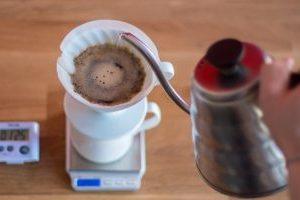 طرز تهیه قهوه دمی با ابزار V60 همراه با فیلم