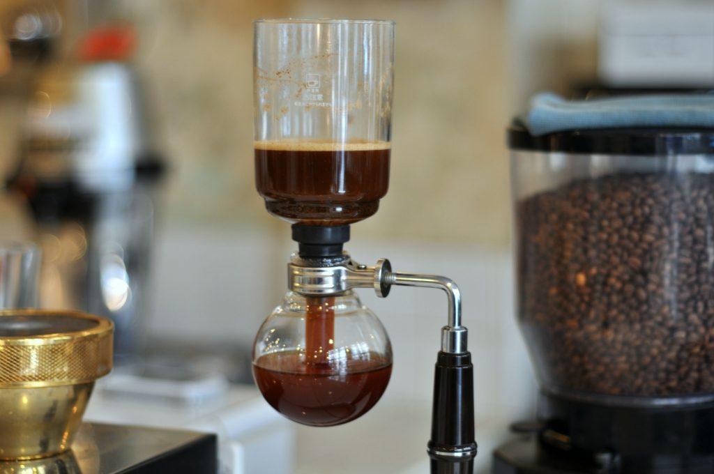 طرز تهیه قهوه دمی با سایفون همراه با فیلم